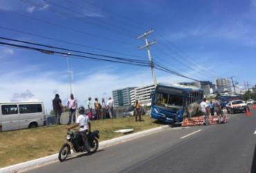 Ônibus sobe em canteiro da Estação Mussurunga | Hilcélia Falcão