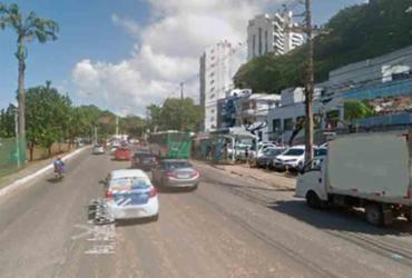 Motorista derruba poste após perder controle do veiculo na avenida Garibaldi
