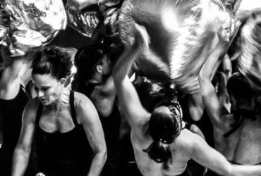 No palco, os bailarinos atravessam escombros na tentativa de encontrar modos de sobrevivência e resistência - Fábio Bouzas