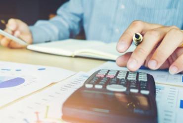Pesquisa mostra que 63% dos brasileiros analisam seus gastos e ganhos |