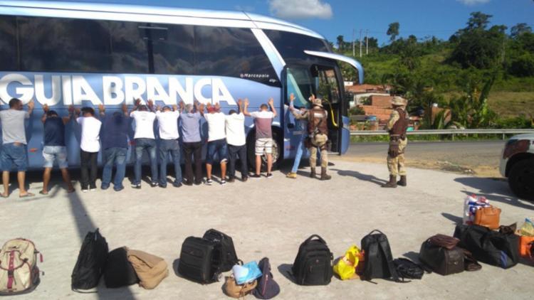 Um ônibus foi abordado e a cadela Íris da Cipe Cacaueira localizou sacolas com 25 kg de maconha