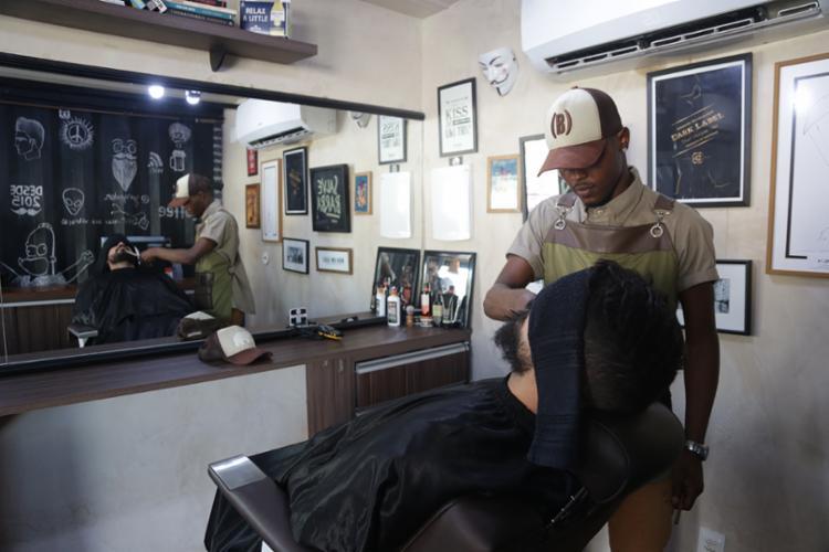 A (BAR)bearia oferece serviços de cabelo e barba, e, como o próprio nome diz, um bar com cervejas premium e artesanais