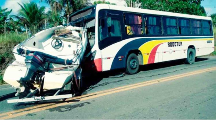 A proa da lancha entrou no ônibus através do para-brisa - Foto: Reprodução | Site Radar64