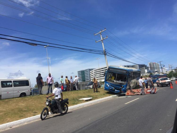 Curiosos deixam o trânsito lento na região - Foto: Hilcélia Falcão