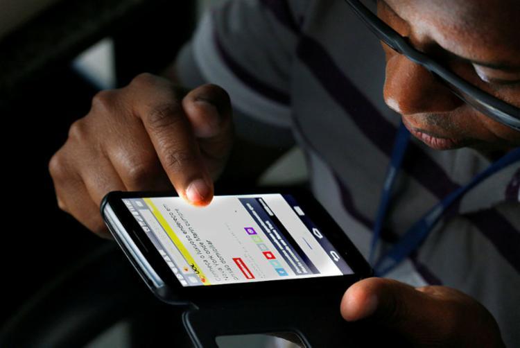 Quem ativar um celular irregular nas redes das prestadoras móveis receberá uma mensagem em até 24 horas - Foto: Cecilia Bastos Ribeiro   USP Imagens