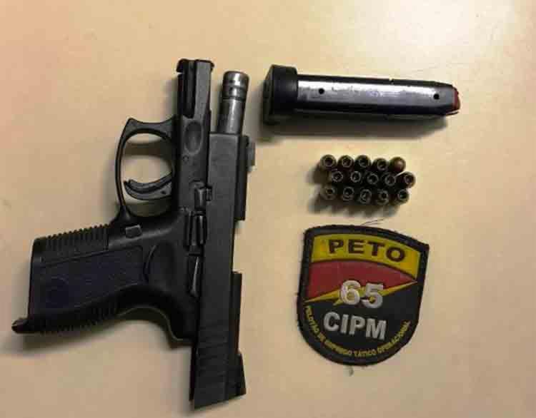 A pistola foi apreendida com uma mulher no conjunto Feira IX, em Feira - Foto: Reprodução | Site Acorda Cidade