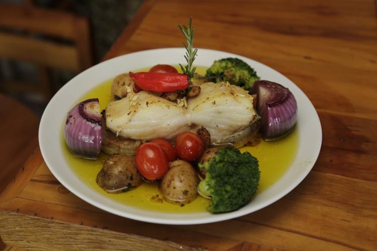 O Bacalhau à Lagareiro, servido com legumes e azeite, sai por R$ 120