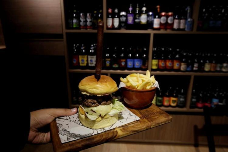 Os hambúrgueres saem por R$ 25 e são acompanhados por batata rústica - Foto: Adilton Venegeroles / Ag. A TARDE