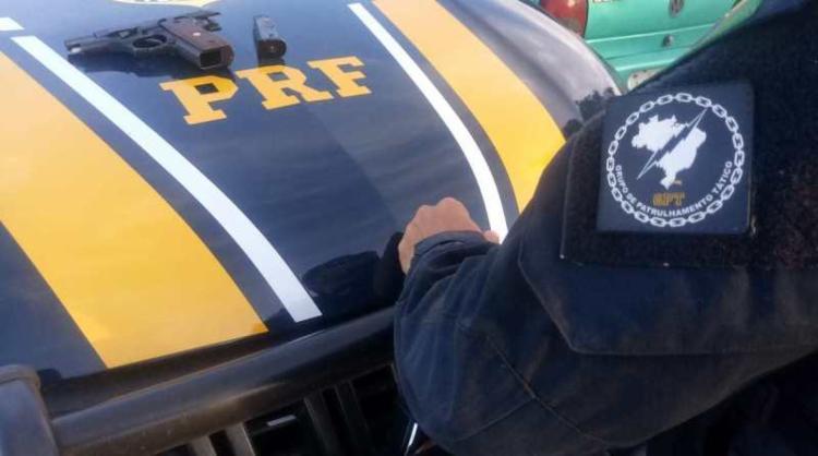 O homem foi levado para a Delegacia de Polícia Judiciária, assim como o material apreendido - Foto: Divulgação | SSP-BA