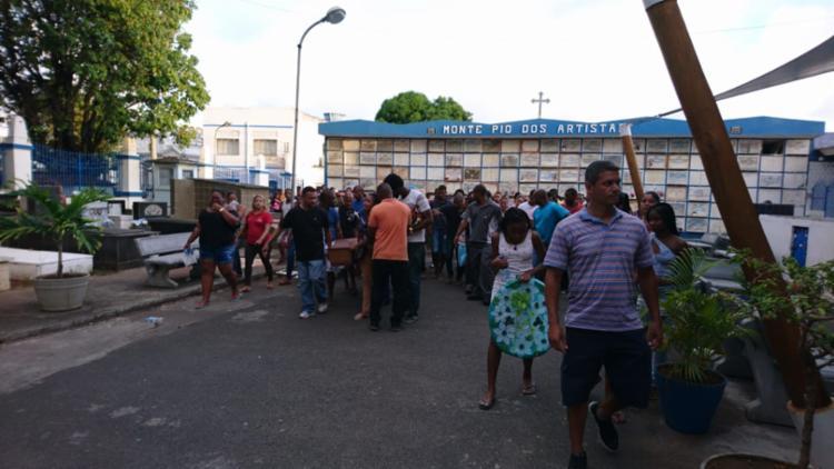 Irmãos foram sepultados sob forte comoção - Foto: Raul Aguillar   Ag. A TARDE