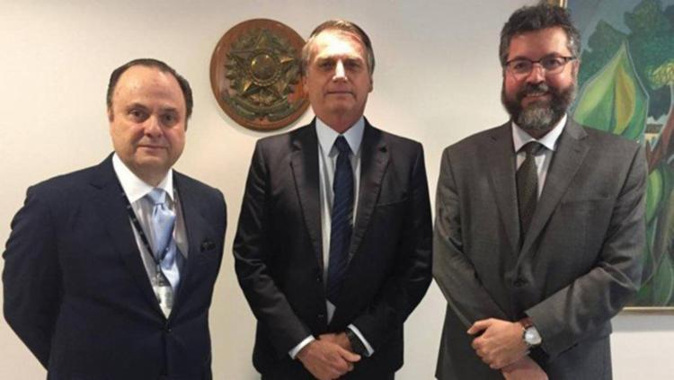 Em sinal de apoio, Bolsonaro posou para fotos ao lado de Mário Vilalva e Ernesto Araújo - Foto: Divulgação