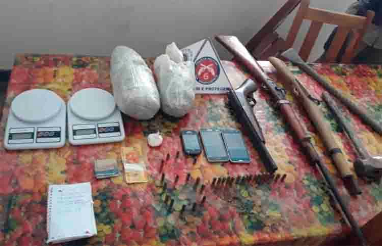 Foram apreendidos três espingardas, munições, drogas, materiais para arrombamento, caderno com anotações do tráfico, balança e aparelhos celulares - Foto: Divulgação | SSP-BA