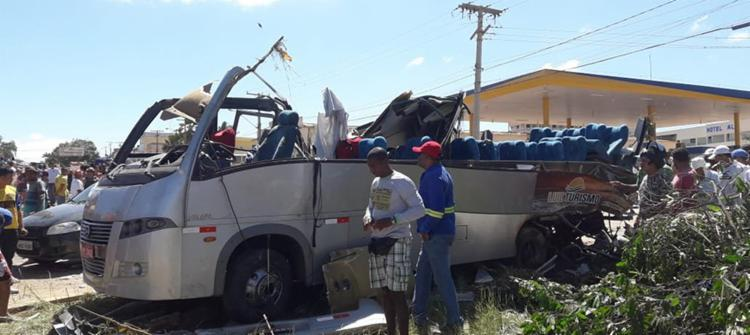 . Com o impacto o teto do ônibus, que viajava de Goias com Destino a cidade de Senhor do Bonfim, foi arrancado