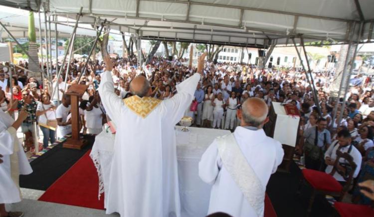 Milhares de fiéis participam desde as 5h das missas realizadas na Basílica - Foto: Luciano da Matta | Ag. A TARDE