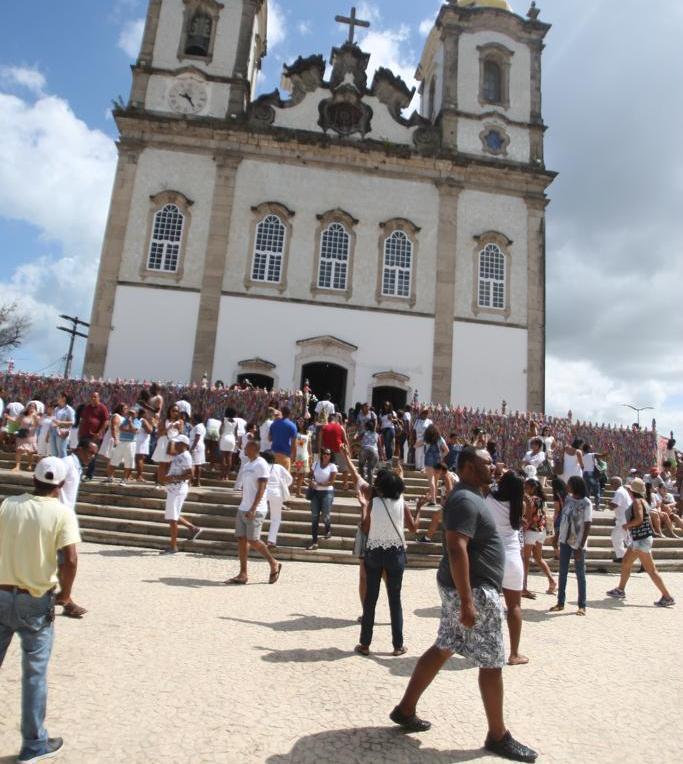 Tradição de amarrar as fitinhas no gradil da Igreja é mantida pelos visitantes