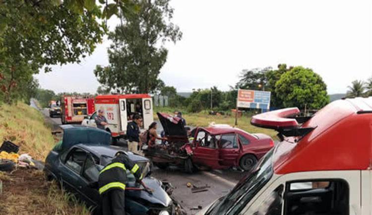 As vítimas ficaram presas as ferragens e foram socorridas equipes do Corpo dos Bombeiro e Samu - Foto: Reprodução | blog do Sigi Vilares