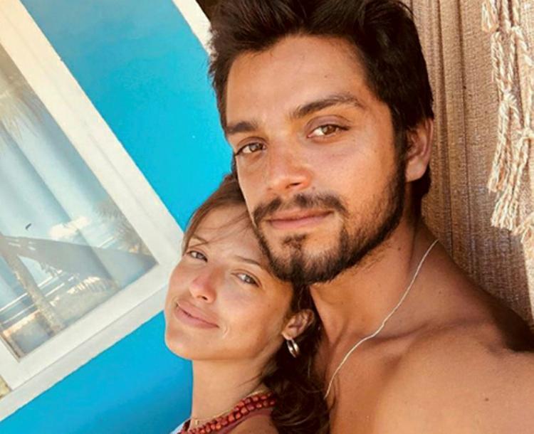 Agatha Moreira e Rodrigo Simas passaram as férias em Caraíva (Sul da Bahia). Coladinhos, os dois posaram na maior paz e tranquilidade numa rede… O namoro, como se vê, vai muito bem, obrigado.