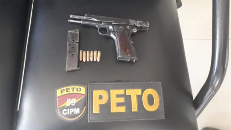 Foram apreendidos uma pistola, 121 pedras de crack, 19 trouxas de maconha - Foto: Divulgação | SSP-BA