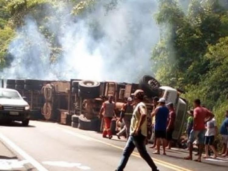 Com o impacto, o caminhoneiro caiu em uma ribanceira, em um trecho da BR-101, na cidade de Ibirapitanga - Foto: Reprodução   Verdinho Itabuna