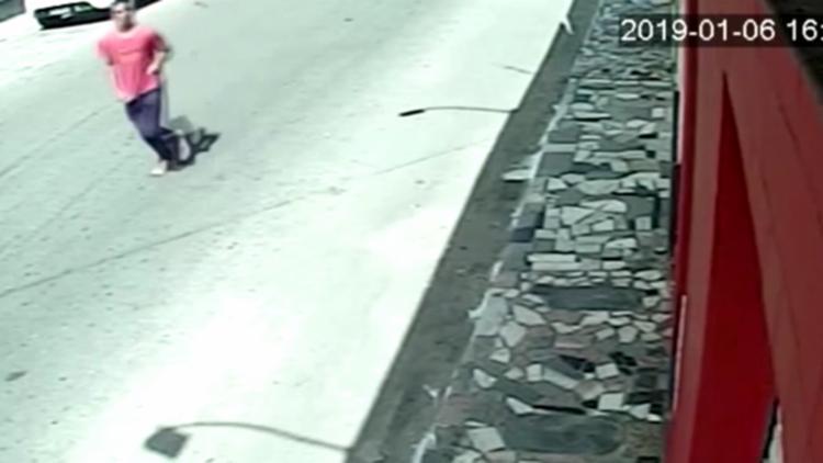 Imagens divulgadas pela polícia mostram o suspeito se aproximando das vitimas e aguardando a oportunidade de agir