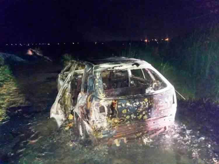 Carro foi incendiado e localizado no bairro Lagoa Salgada, em Feira de Santana - Foto: Reprodução | Site Acorda Cidade