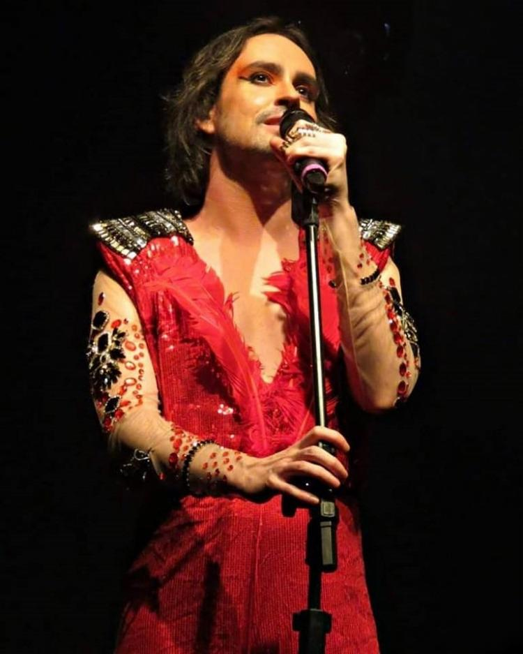 Durante a apresentação, o cantor revisitou as suas referências musicais que influenciaram na sua carreira. - Foto: Divulgação