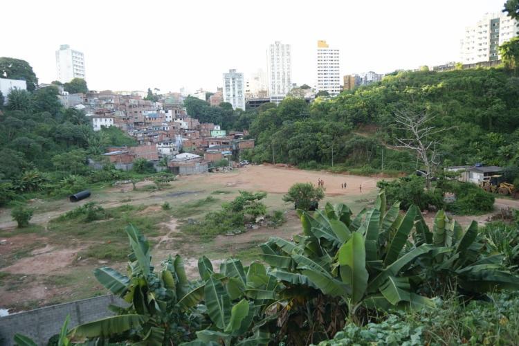Desmatamento na região de Cidade Jardim e Candeal causa transtornos ao meio ambiente e a população que, em alguns casos, tiveram suas casas sitiadas. - Foto: Uendel Galter | AG. A TARDE