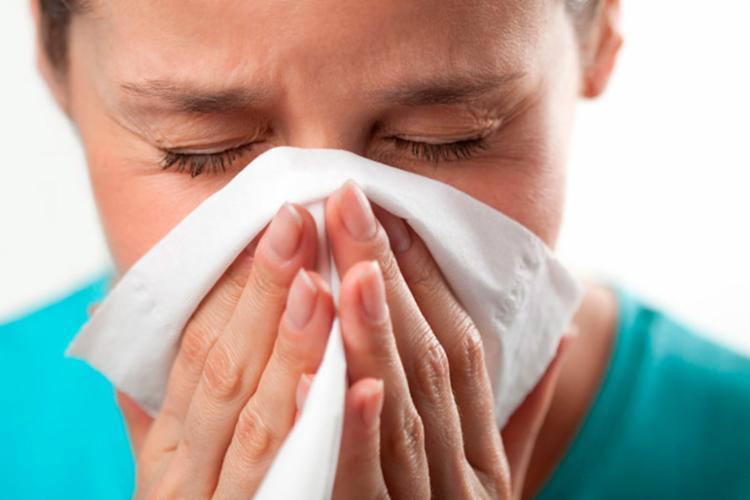 Rinite alérgica é um dos problemas que podem ser causados pelo acúmulo de poeira e ácaros nos aparelhos - Foto: Reprodução | PneumoCenter