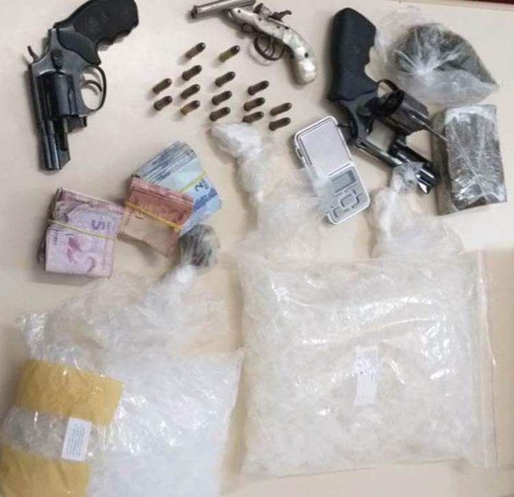 Foram apreendidos dois revólveres de calibre 38, uma pistola, 15 munições, maconha, cocaína, haxixe, uma balança de precisão - Foto: Divulgação   Polícia Civil