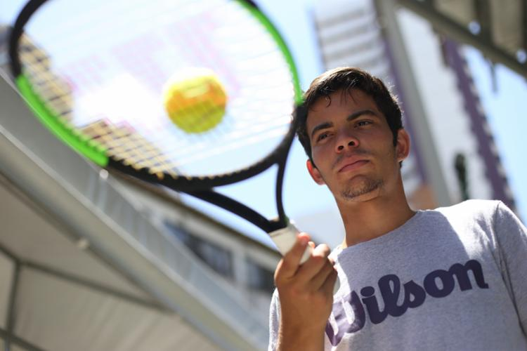 O 'experiente' tenista vai enfrentar na sua estreia o o tcheco Dalibor Svrcina, sétimo favorito no torneio e número 11 do ranking da categoria - Foto: Raul Spinassé / Ag. A Tarde