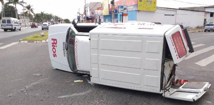 O Fiorino que realizava entregas para uma delicatessen capotou após ser atingido na lateral pelo carro - Foto: Paulo José | Reprodução | site Acorda Cidade