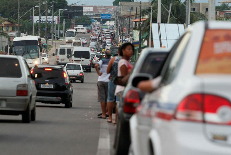 Motoristas aguardam até 4 horas para embarcar no terminal de Bom Despacho - Foto: Joá Souza   Ag. A TARDE