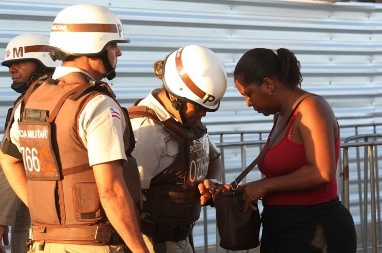 Além da vistoria, os policiais contaram com auxílio de detectores de metais como método de segurança para o evento - Foto: Divulgação | Secom