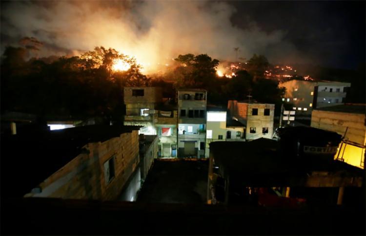 Fumaça se estende pelas proximidades da comunidade - Foto: Raul Spinassé   Ag. A TARDE