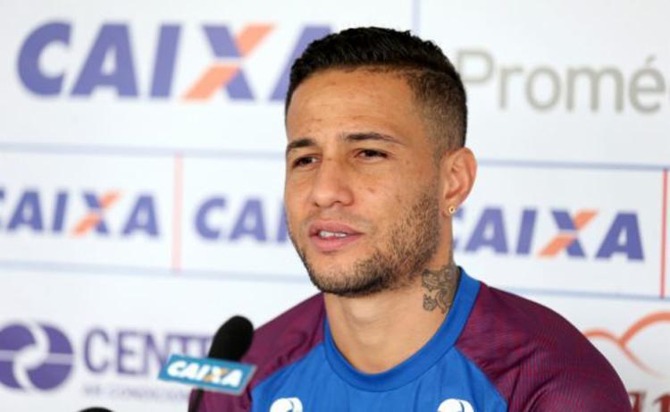 O atleta assinou vínculo de um ano com o Inter e chega para suprir a ausência de Fabiano - Foto: Felipe Oliveira | EC Bahia