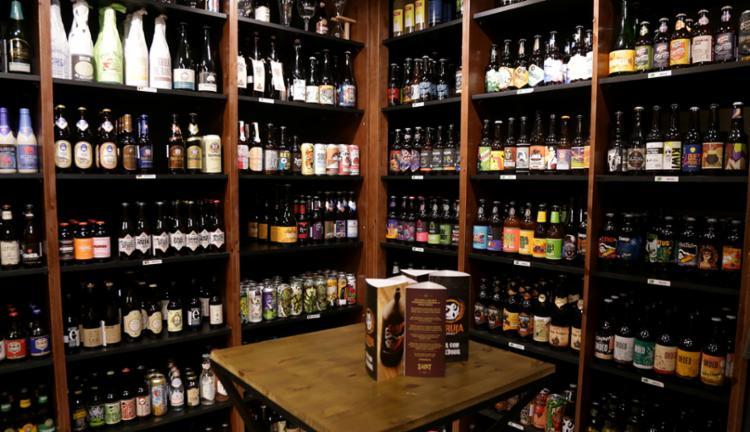 Há cerca de 150 estilos de cervejas disponíveis no bar