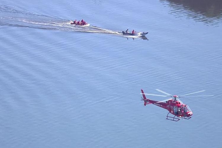 De acordo com a PMERJ, quatro pessoas estariam a bordo da aeronave - Foto: Reprodução | TV Globo