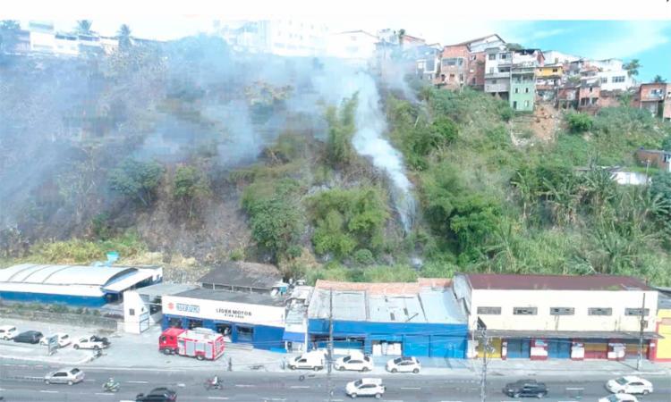 O fogo provocou um grande volume de fumaça no local