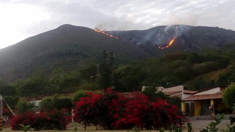O incêndio que atinge a Serra do Cruzeiro iniciou na madrugada desta sexta-feira - Foto: Reprodução | Portal Jaguarari