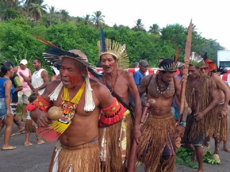 Índios tupinambás realizaram protesto na manhã desta quinta-feira, 31, na região de Olivença, em Ilhéus. - Foto: Divulgação | Verdinho Notícias