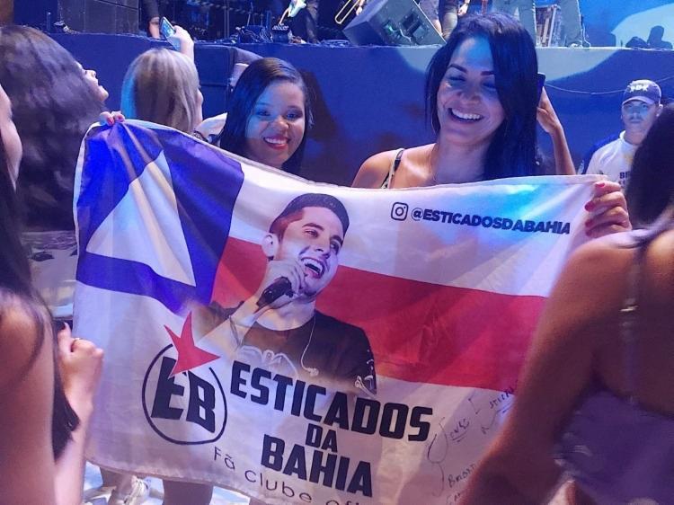 Luana Santos e Maria Cláudia curtem a noite ao som de Jonas Esticado
