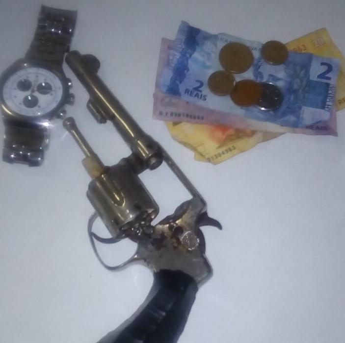 Jovem foi preso com revólver, dinheiro e relógio