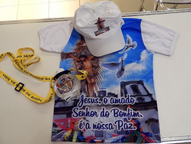 O conjunto é composto por uma camiseta, boné e uma garrafinha de água com suporte - Foto: Divulgação