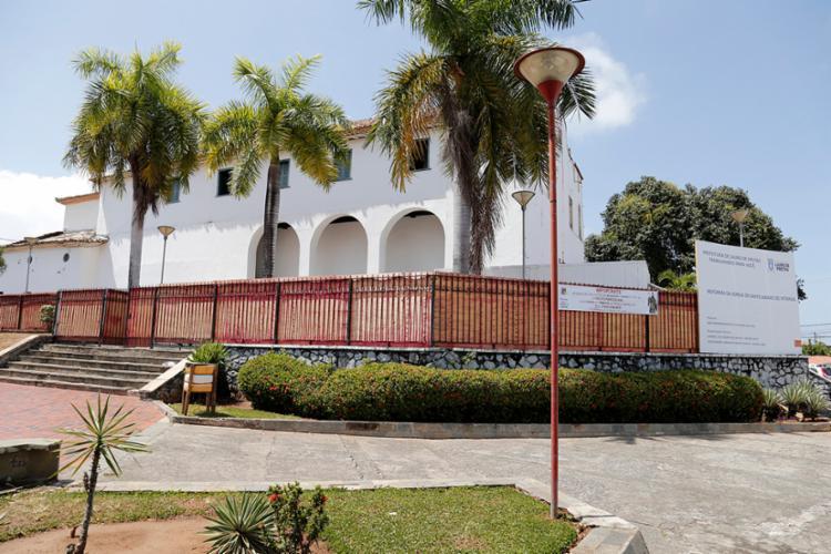 Com a Igreja em reforma, programação da festa acontece em frente ao templo - Foto: Reprodução