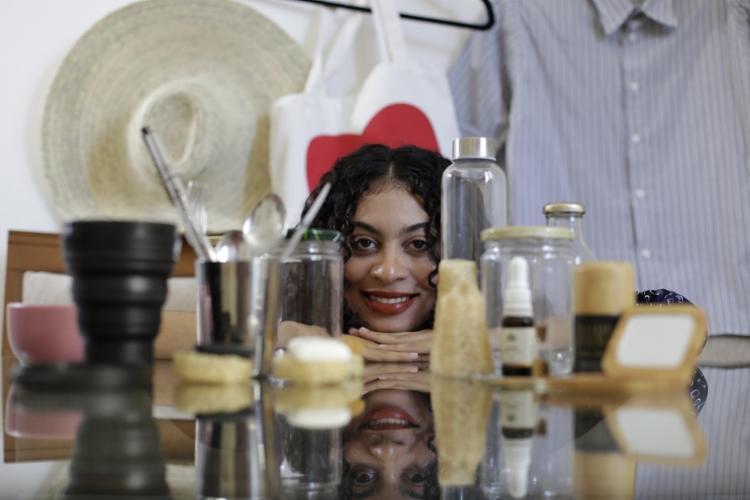 A publicitária Clícia Pitanga passou a usar cosméticos naturais e prefere comprar roupas em brechós