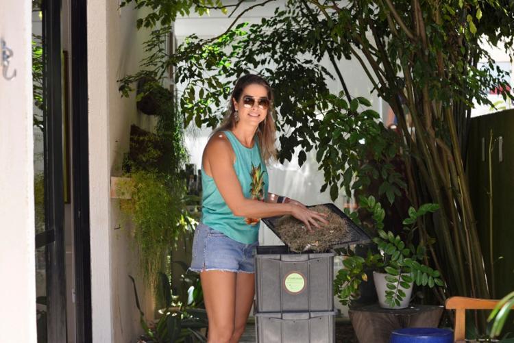 Para dar melhor destino ao lixo orgânico de casa, a advogada Daniela Eirado comprou uma composteira