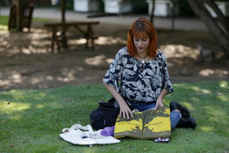 A professora de inglês Belle Rodopiano carrega um kit na bolsa para evitar os plásticos descartáveis - Foto: Adilton Venegeroles / Ag. A TARDE