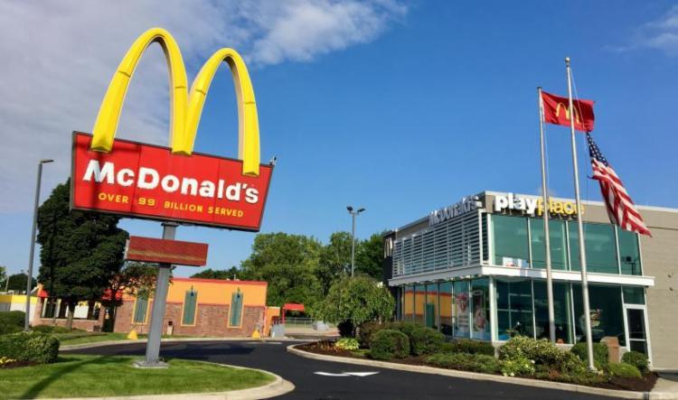 A companhia emprega majoritariamente jovens, que estão em sua primeira experiência no mercado de trabalho - Foto: McDonald's