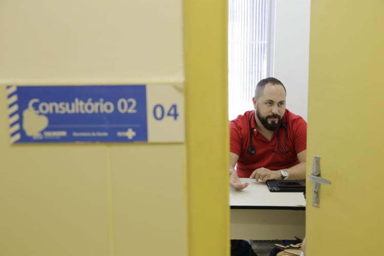 Augusto Vidreira, médico na Unidade de Saúde da Família de Ilha Amarela, trabalha há dez minutos de casa. Foto: Gilberto Junior | Ag. A TARDE