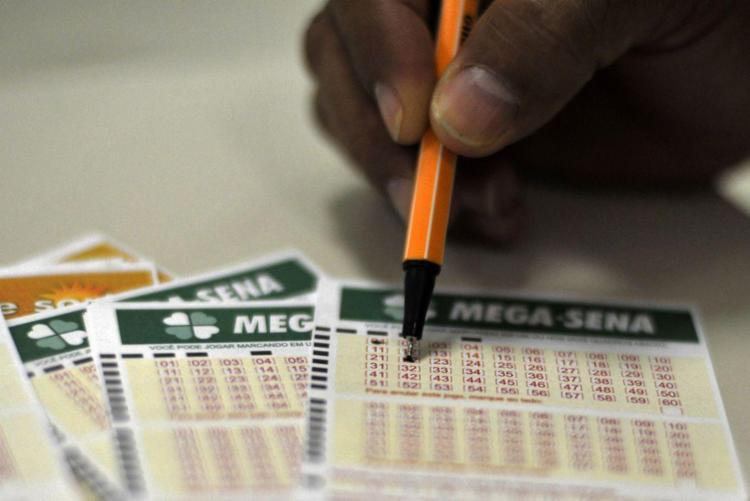 A aposta mínima, de seis números, custa R$ 3,50 - Foto: Marcello Casal Jr./Agência Brasil